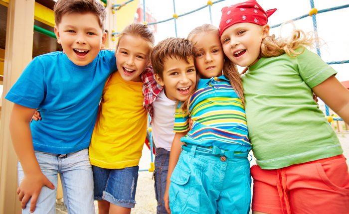 Fünf Kinder nebeneinander
