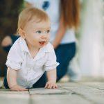 Neugieriges Kleinkind