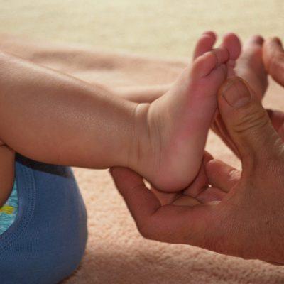 Babys Füße werden berührt