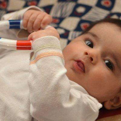 Baby im Mittelpunkt mit einem Spielring