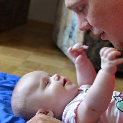 Baby spielt mit seinem Vater