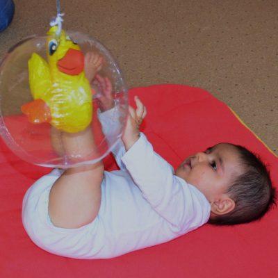 Baby spielt mit einem Ball