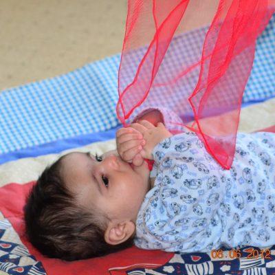 Baby spielt mit einem Tuch