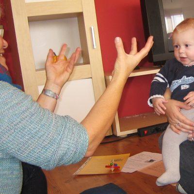 Kleinkind beobachtet Erzieherin