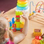 Mädchen spielt mit Bausteinen